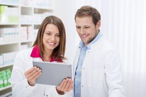 >thisisjustarandomplaceholder<apotheker schauen auf tablet-pc | Iberian Press®